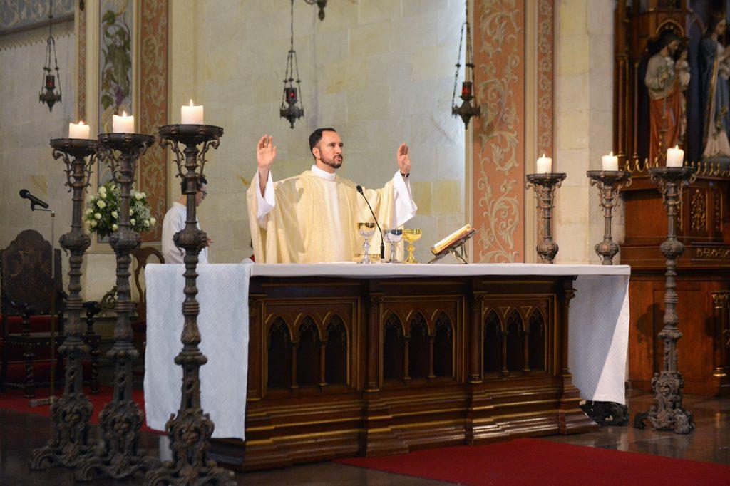 Padre rezando missa na Paróquia São Pedro de Porto Alegre